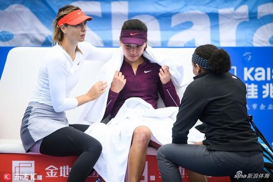 Sharapova an ủi tay vợt trẻ người Trung Quốc