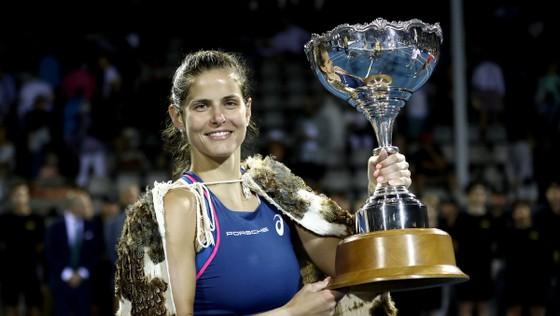 Julia Goerges và chiếc cúp vô địch ASB Classic