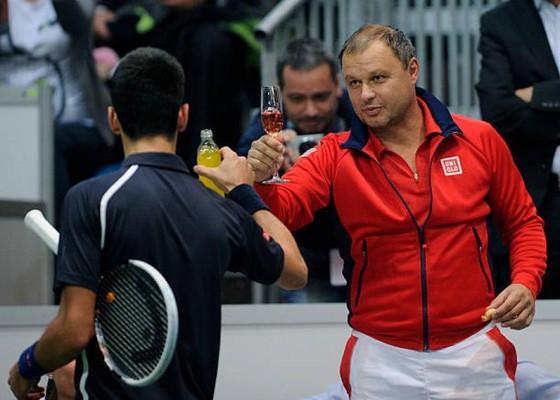 HLV Vajda đang chúc mừng Djokovic