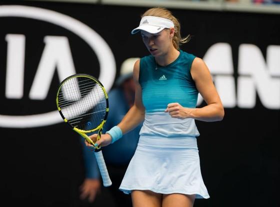 Australian Open 2019: Váy xanh xám lấn váy trắng xanh, Sharapova đánh bại Wozniacki ảnh 1