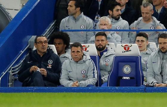 Kepa (thứ 2 từ phải sang) ngồi yên lặng sau hàng ghế của Sarri