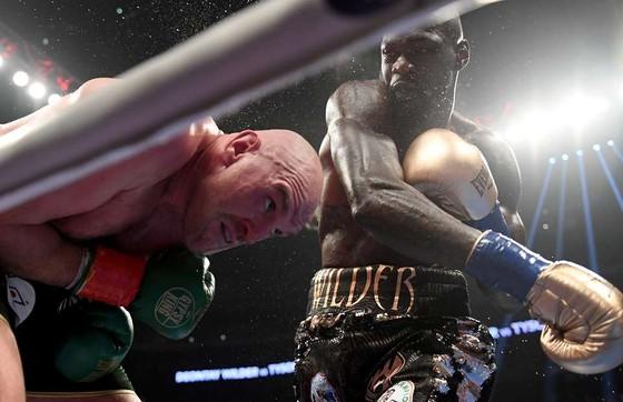 """Wilder ra đòn với Fury trong trận đấu """"bất phân thắng bại"""" hồi cuối năm ngoái"""