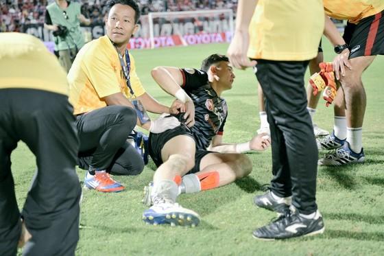 Văn Lâm nén đau để thi đấu trong suốt 77 phút đồng hồ