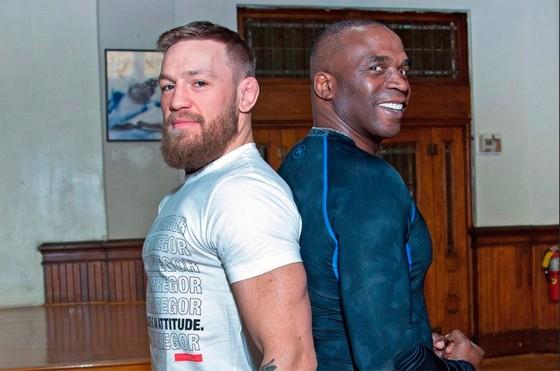 """Đấu trường MMA: Đập và giật điện thoại người khác, """"Gã Ailen xấc xược"""" McGregor bị bắt ảnh 2"""