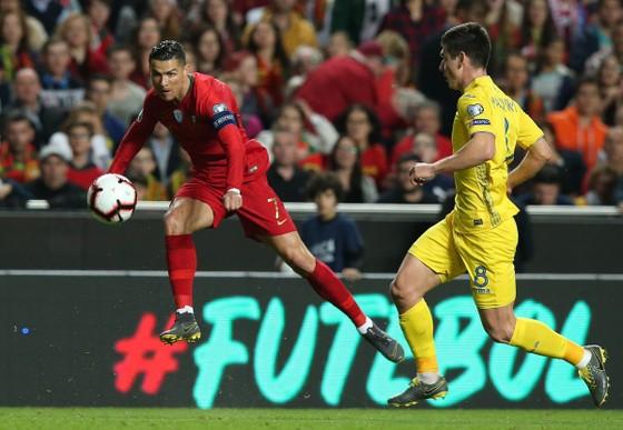 Ronaldo tung cú dứt điểm... không thành bàn trong trận đấu với Ucraina