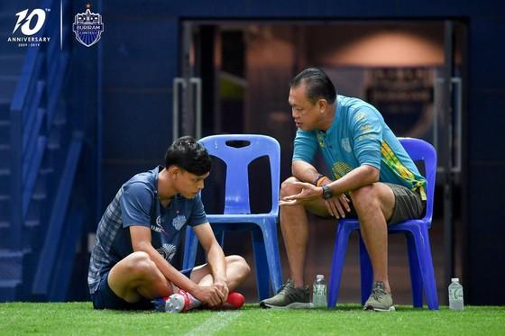 """Buriram United quay lại luyện tập: Xuân Trường tươi tắn, """"bại tướng"""" của Đình Trọng bị nắm đầu ảnh 1"""