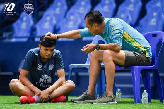 """Buriram United quay lại luyện tập: Xuân Trường tươi tắn, """"bại tướng"""" của Đình Trọng bị nắm đầu ảnh 2"""