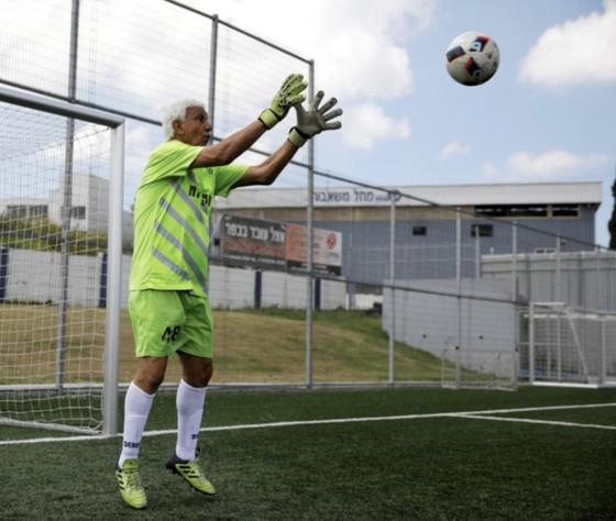Thủ môn 73 tuổi lập kỷ lục Guinness ảnh 1