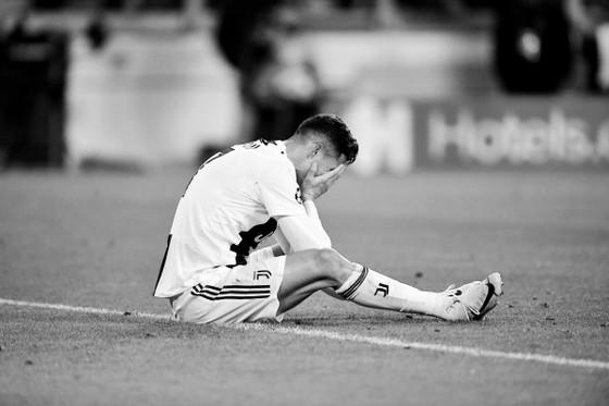 Ronaldo gục đầu trên sân bóng