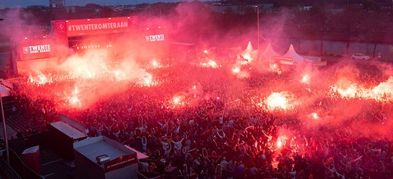 Twente vô địch Hạng nhất Hà Lan: 20 ngàn CĐV ăn mừng như giành Champions League, pháo sáng mịt mùng ảnh 2