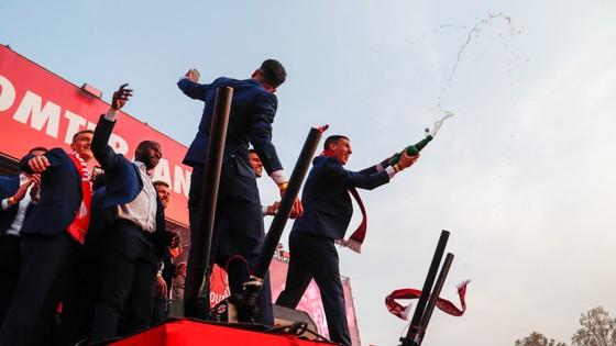 Twente vô địch Hạng nhất Hà Lan: 20 ngàn CĐV ăn mừng như giành Champions League, pháo sáng mịt mùng ảnh 6