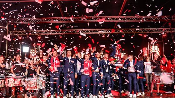 Twente vô địch Hạng nhất Hà Lan: 20 ngàn CĐV ăn mừng như giành Champions League, pháo sáng mịt mùng ảnh 7
