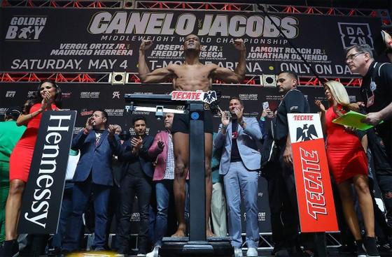 Quyền Anh: Alvarez suýt choảng Jacobs trong buổi cân trọng lượng, trận đấu 45 triệu USD nóng dần ảnh 3