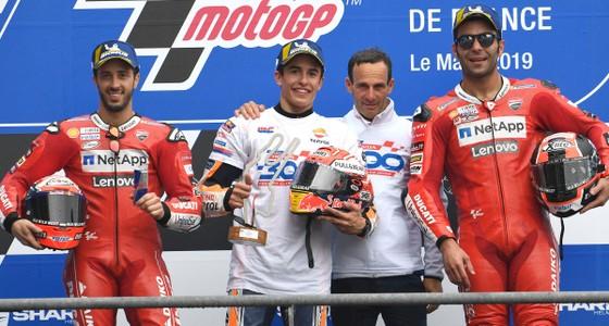 Marc Marquez (thứ 2 từ trái sang) ăn mừng chiến thắng