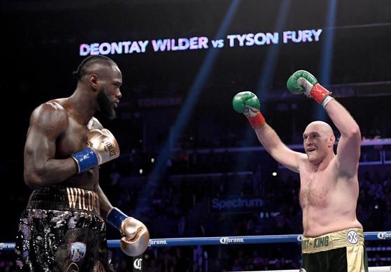 Fury giơ tay khích tướng Wilder trong trận đấu hồi tháng 12 năm ngoái