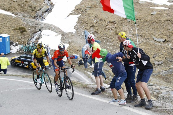 "Giro d'Italia: Bị Roglic ""kèm chặt"", Nibali nổi cáu ảnh 1"