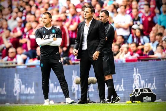 Terry và Lampard trong trận Aston Villa thắng Derby County 2-1