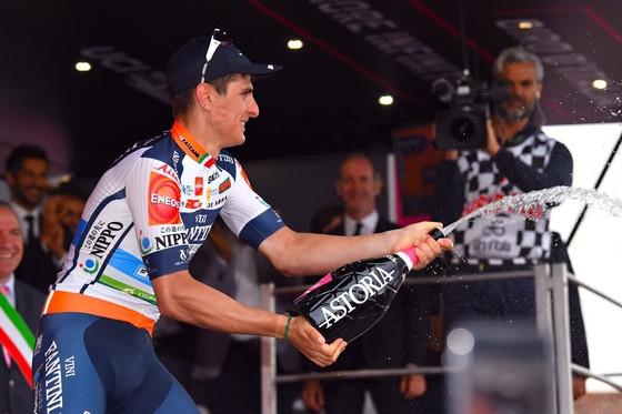 Giro d'Italia: CĐV quẳng xe giữa đường, Cima vẫn băng băng về đích ảnh 3