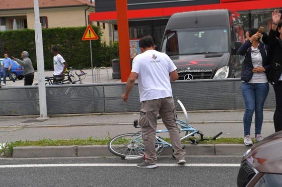 Giro d'Italia: CĐV quẳng xe giữa đường, Cima vẫn băng băng về đích ảnh 2