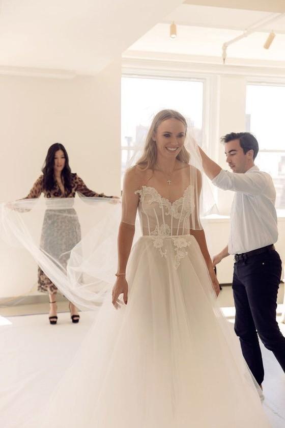 """""""Mỹ nhân"""" Đan Mạch Caroline Wozniacki: Diện váy cưới tuyệt đẹp để lên xe hoa ảnh 4"""