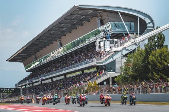 """Đua xe mô tô: Marquez thắng """"cú poker"""", em trai cũng đăng quang ở Catalunya ảnh 1"""