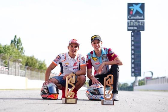 """Đua xe mô tô: Marquez thắng """"cú poker"""", em trai cũng đăng quang ở Catalunya ảnh 10"""