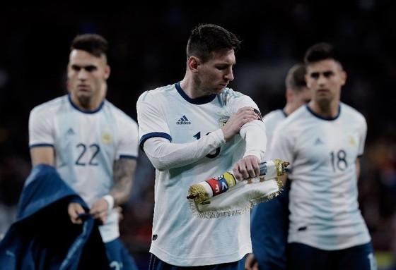 Messi nổi bật trong hình, nhưng người làm nền phía sau anh là Martinez (số 22) lại mới là người tỏa sáng