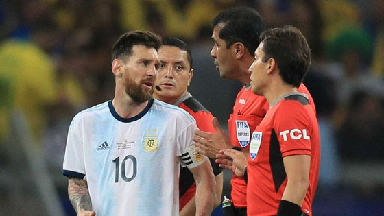 Messi rất không hài lòng với cách điều hành trận đấu của tổ trọng tài