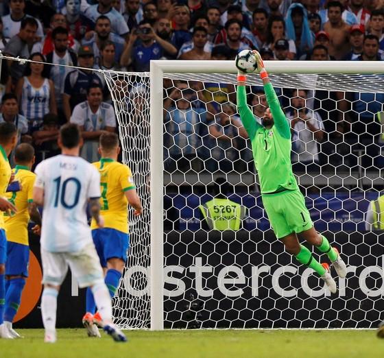 Alisson và ph bay người bắt bóng bằng 2 tay từ tình huống Messi đá phạt hàng rào