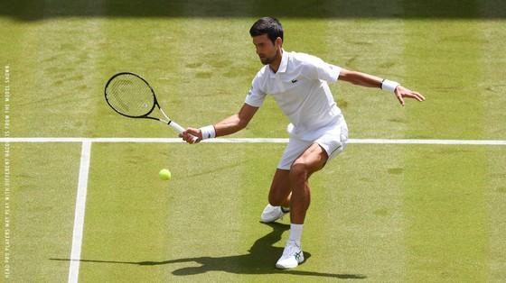 Djokovic chật vật vào vòng 4