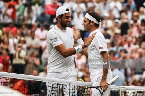 """Wimbledon: Federer thắng trận thứ 99 chỉ sau 74 phút, Berrettini muốn trả anh tiền """"dạy thêm"""" ảnh 1"""