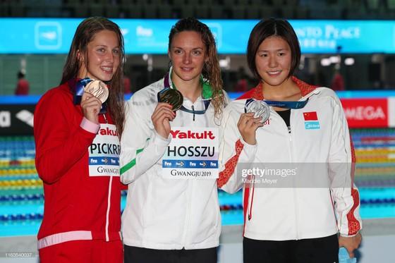 Vừa quay trở lại, nữ kình ngư từng bơi nhanh hơn cả nam VĐV Mỹ thắng ngay HCB ảnh 2