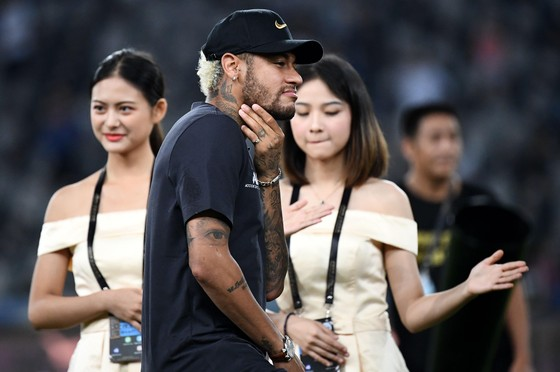 Ăn mừng Siêu Cúp nước Pháp lần thứ 9 cùng PSG, Neymar bị… Mbappe đẩy ra khỏi đội hình chụp ảnh ảnh 1