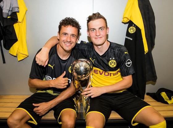 Borussia Dortmund ăn mừng Siêu cúp nước Đức sau khi đánh bại Bayern ảnh 7