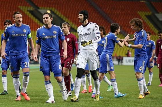 """Luiz đòi """"chiến"""" với Lampard sau khi bị xỉa ngón tay vào ngực, Benayoun phải can ra"""