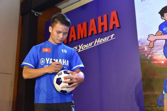 Quang Hải tươi cười truyền cảm hứng cho các em nhỏ ở buổi họp báo U13 Yamaha Cup ảnh 2