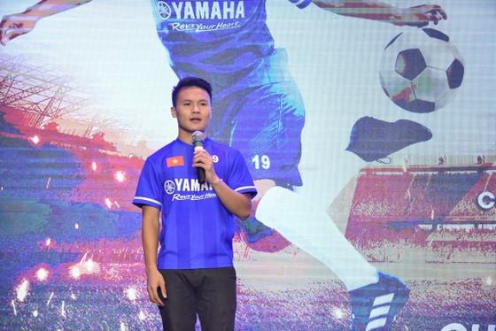 Quang Hải tươi cười truyền cảm hứng cho các em nhỏ ở buổi họp báo U13 Yamaha Cup ảnh 1