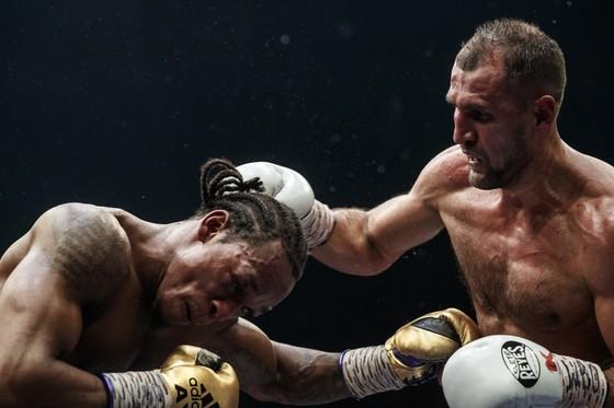 """Kovalev thắng KO Yarde """"không sợ súng"""" ở trận đại chiến tại Trung tâm triển lãm… máy kéo ảnh 1"""