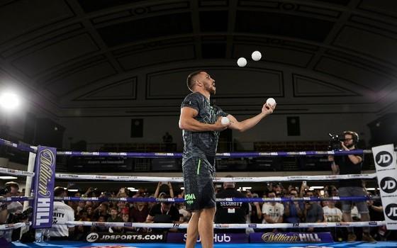 Quyền Anh: Luyện quyền với bóng quần, Lomachenko khiến Nhà thi đấu O2 (London) náo loạn ảnh 8