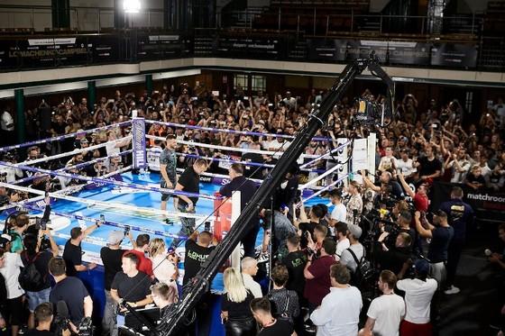 Quyền Anh: Luyện quyền với bóng quần, Lomachenko khiến Nhà thi đấu O2 (London) náo loạn ảnh 14