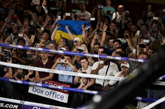 Quyền Anh: Luyện quyền với bóng quần, Lomachenko khiến Nhà thi đấu O2 (London) náo loạn ảnh 16