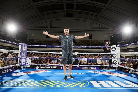 Quyền Anh: Luyện quyền với bóng quần, Lomachenko khiến Nhà thi đấu O2 (London) náo loạn ảnh 13