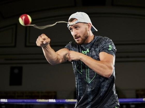 Lomachenko điêu luyện luyện quyền với bóng quần