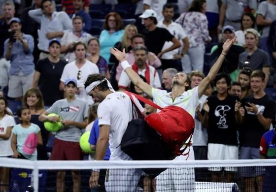 US Open: Tay súng trẻ người Nga giơ ngón tay thối về phía khán giả Mỹ, thắng trận vòng 3 ảnh 4