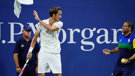 US Open: Tay súng trẻ người Nga giơ ngón tay thối về phía khán giả Mỹ, thắng trận vòng 3 ảnh 1