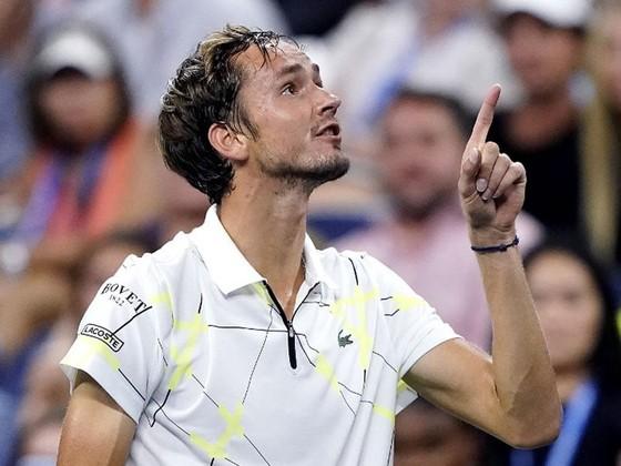 US Open: Tay súng trẻ người Nga giơ ngón tay thối về phía khán giả Mỹ, thắng trận vòng 3 ảnh 2