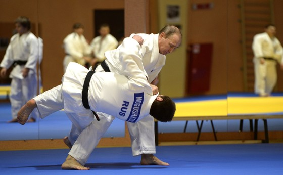 """UFC: Tổng thống Putin triệu kiến """"Đại bàng Nga"""" Khabib, khen đòn siết cổ kinh điển ảnh 1"""