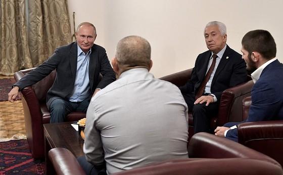 """UFC: Tổng thống Putin triệu kiến """"Đại bàng Nga"""" Khabib, khen đòn siết cổ kinh điển ảnh 5"""