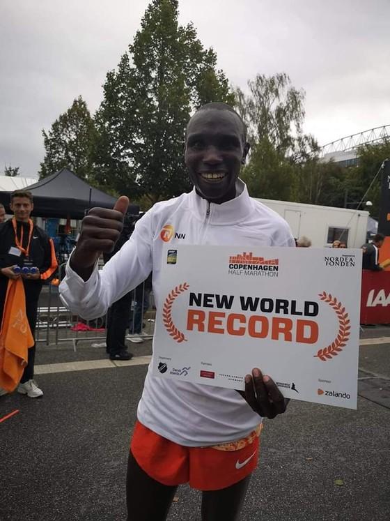 Chạy bán marathon với thành tích 58 phút 1 giây, Kamworor phá kỷ lục thế giới ảnh 4