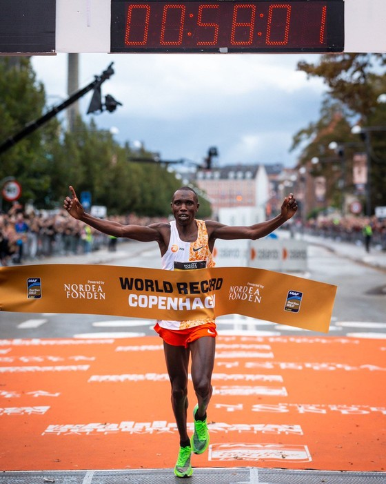Chạy bán marathon với thành tích 58 phút 1 giây, Kamworor phá kỷ lục thế giới ảnh 2